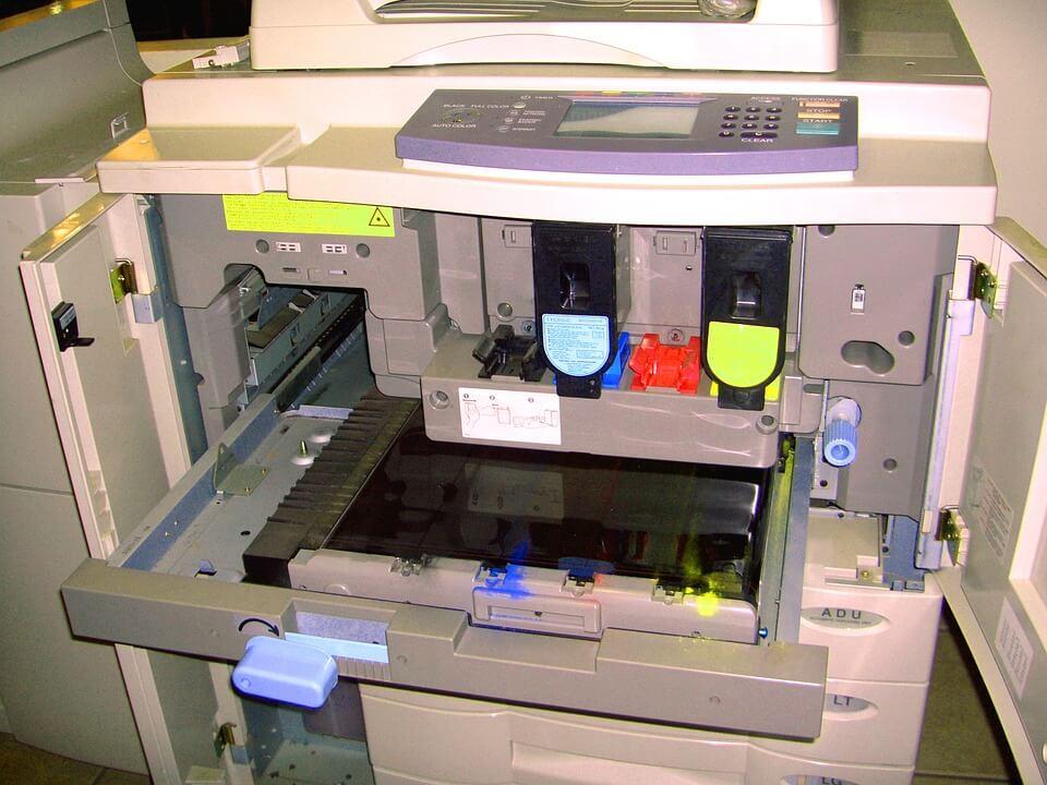 rozebrana drukarka w serwisie